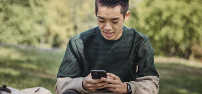 joven mirando su teléfono