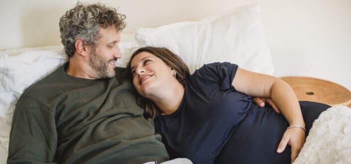 mujer embarazada acostada con su marido
