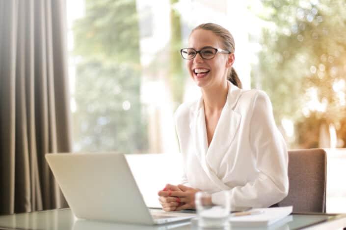 Niña, sonriente, con, computador portatil, delante de, ella
