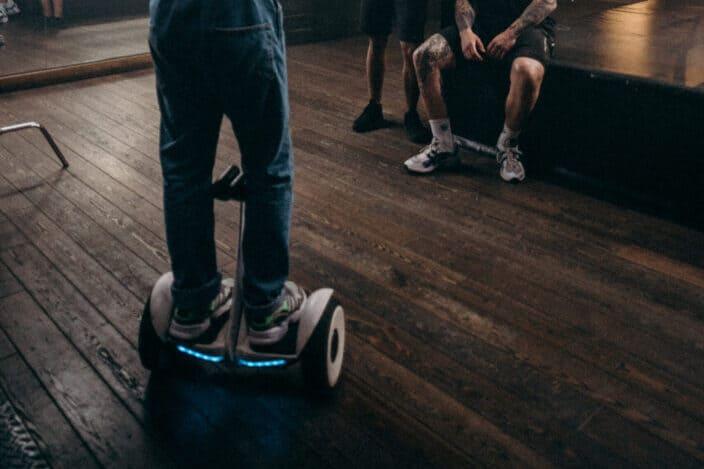 Chico montando un hoverboard