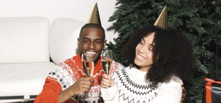 pareja haciendo un brindis con su copa de vino