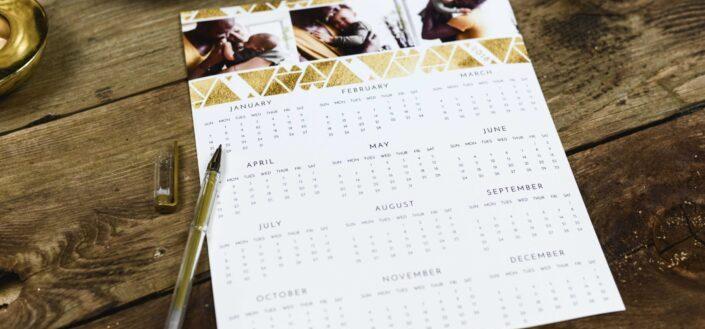 bolígrafo negro cerca del calendario