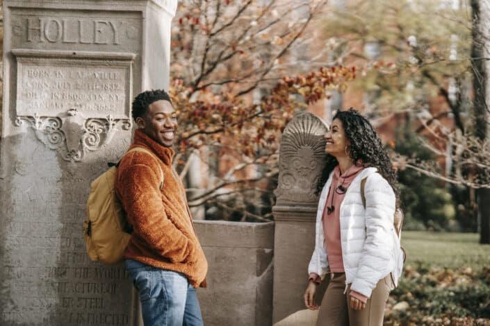 Alegre pareja multiétnica conversando en el parque