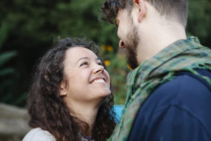 Feliz pareja sonriendo en la naturaleza verde
