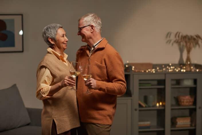 Encantadora pareja sonriendo mientras miran el uno al otro