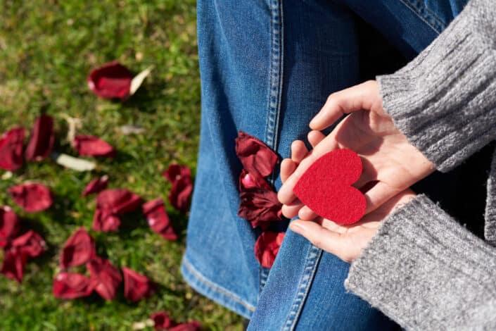 Persona sosteniendo un corte en forma de corazón