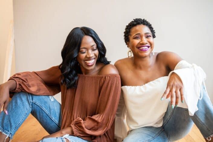Hermanas riendo y sonriendo
