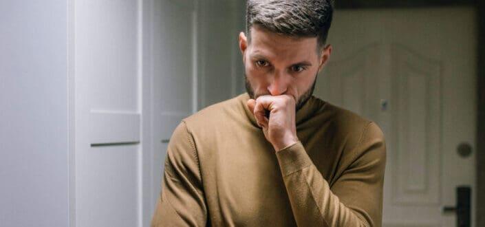 Hombre problemático vestido con sudadera marrón
