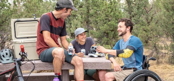 grupo de personas bebiendo refrescos