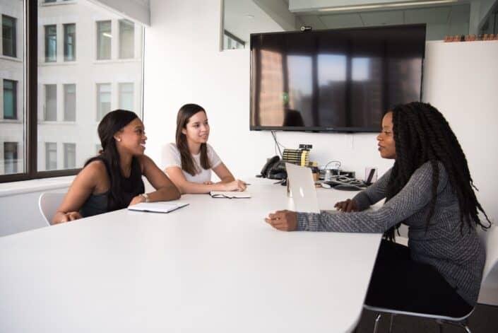 Trabajadoras de oficina en una reunión
