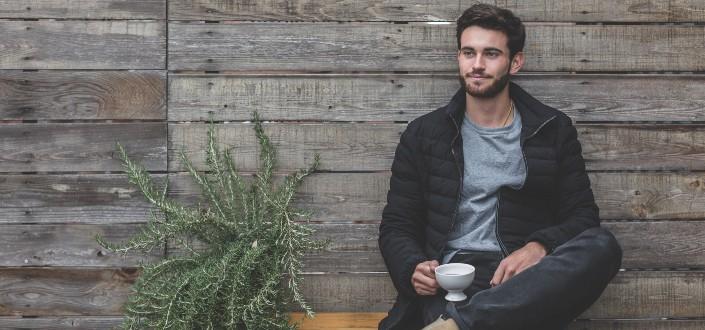 hombre disfrutando de su café sentado afuera