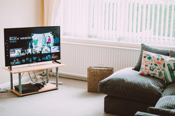 una sala de estar de estilo minimalista