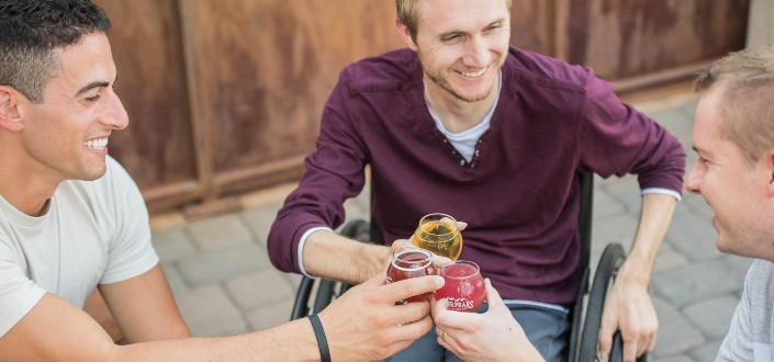 tres hombres adultos con cerveza tostada