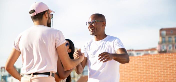 dos hombres saludándose en un agradable día caluroso