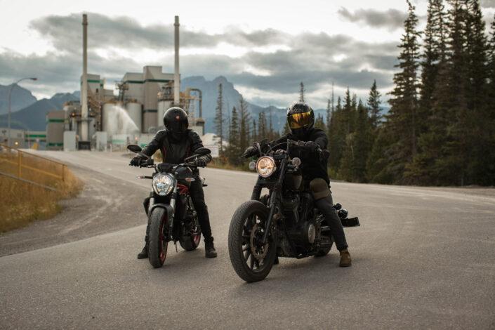 hombres montando motocicletas