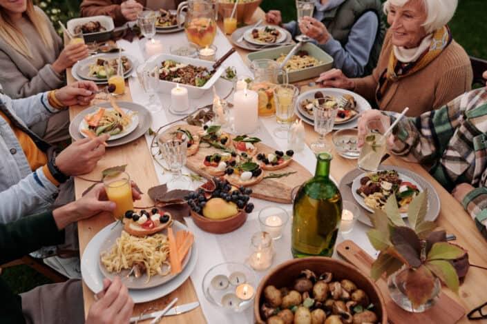reunión familiar en la mesa festiva