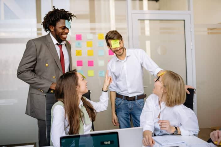 trabajadores de oficina jugando con notas adhesivas