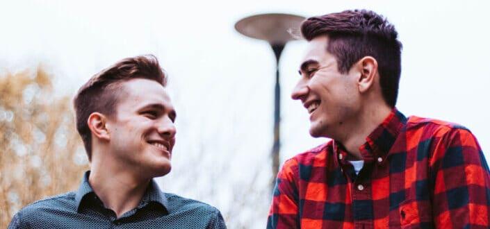 hombres sonriendo el uno al otro