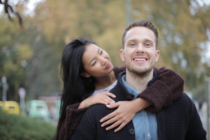novia abrazando a su novio por la espalda