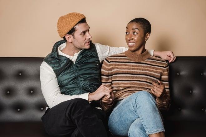 hombre y mujer sentados uno cerca del otro mientras conversan - temas de conversacion con mi novia