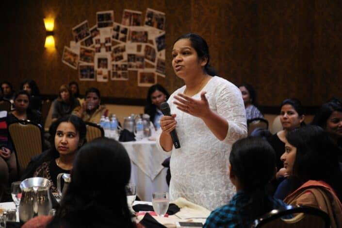 mujer discutiendo algo en un evento