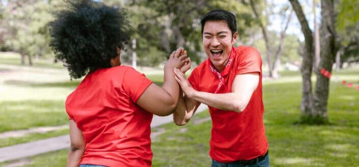 hombre y mujer en camisa roja jugando juntos