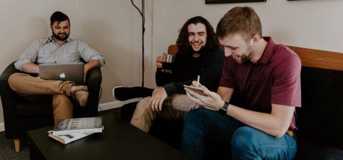 hombres sentados en el sofa