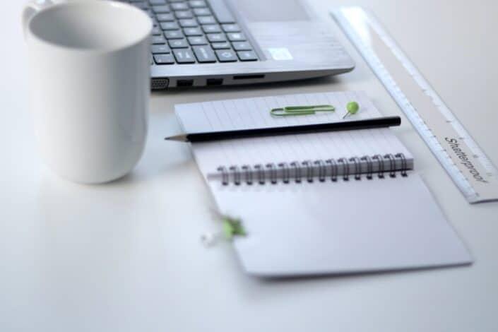 Regla y portátil en un escritorio