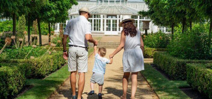 Pareja con su hijo caminando a una casa