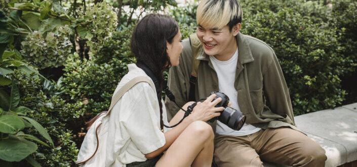 charlando pareja joven pareja enérgica sentada en un banco