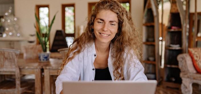una mujer en una videollamada en su computadora portátil