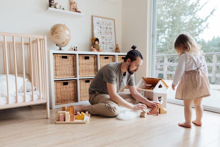 padre e hija jugando en el interior