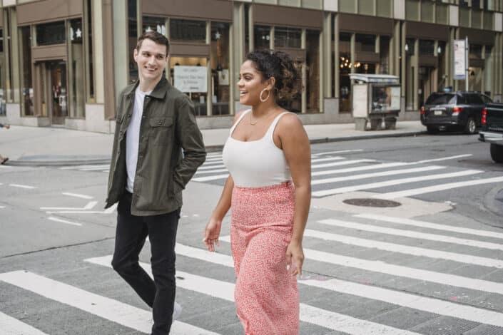 hombre y mujer charlando mientras cruzan la calle