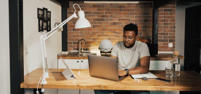 hombre ocupado trabajando con su computadora portátil