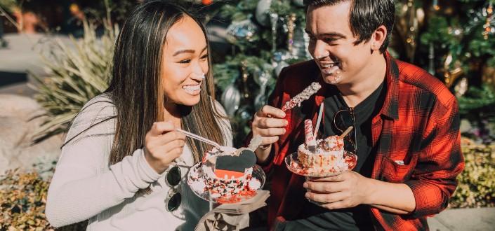 pareja disfrutando de dulces bajo el día soleado