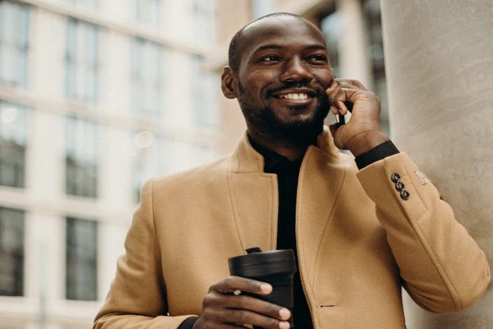 hombre hablando con alguien por teléfono