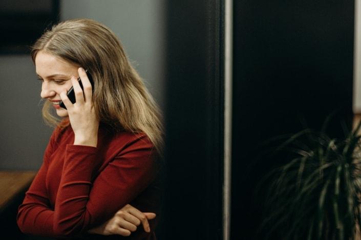 Mujer adulta hablando con alguien por teléfono