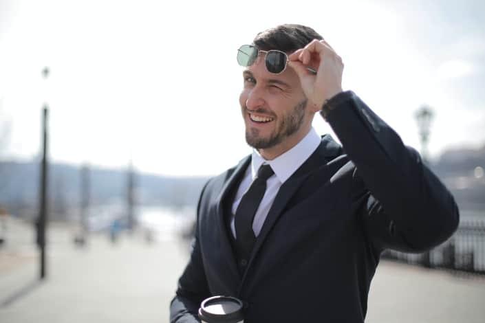 hombre elegante guiñando un ojo
