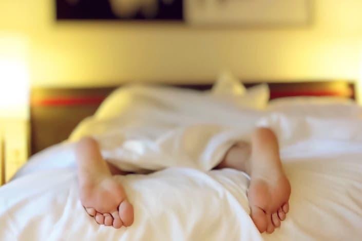 mujer mostrando sus pies