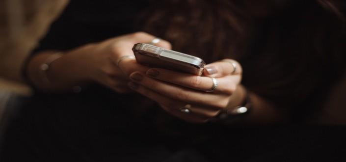 mujer elegante sosteniendo su teléfono