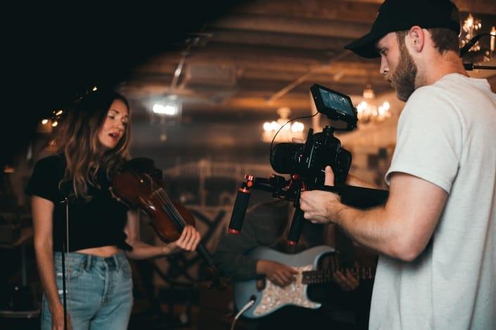 Mujer violinista posando para un video